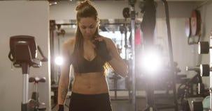 Mulher bem treinada com o corpo do ajuste que anda no gym da aptidão vídeos de arquivo