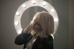 Mulher bond encaracolado que levanta, círculo claro do cabelo da composição Imagem de Stock Royalty Free