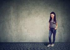 Mulher bonita à moda contra a parede cinzenta imagem de stock