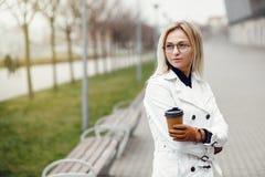 Mulher bonita à moda nova que levanta nas ruas e na utilização da cidade imagem de stock