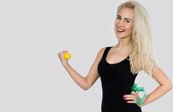 A mulher bonita é contratada na ginástica aeróbica com pesos Foto de Stock