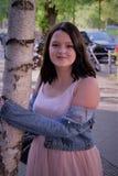 A mulher bonita abraça uma árvore foto de stock royalty free