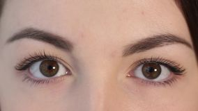 A mulher bonita abre seus olhos filme