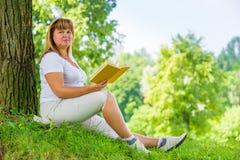 Mulher bonita 50 anos com um livro Foto de Stock Royalty Free