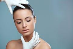 Mulher bonita antes da cosmetologia da operação da cirurgia plástica Seja fotos de stock royalty free