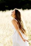 Mulher bonita ao ar livre em um dia ensolarado fotografia de stock