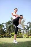 A mulher bonita ao ar livre exercita Imagens de Stock