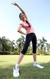 A mulher bonita ao ar livre exercita no parque Fotos de Stock
