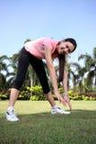 A mulher bonita ao ar livre exercita no parque Fotografia de Stock