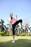 A mulher bonita ao ar livre exercita no parque Fotografia de Stock Royalty Free