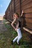 Mulher bonita ao lado de um trem fotos de stock
