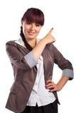 A mulher bonita aponta o dedo em algo Imagem de Stock