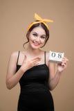 Mulher bonita asiática que guarda o dia das mulheres do calendário do 8 de março Fotos de Stock Royalty Free