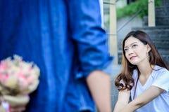 A mulher bonita asiática tem a palavra de vista e de espera de pesaroso imagem de stock