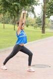 Mulher bonita atlética que exercita e que treina no parque imagem de stock