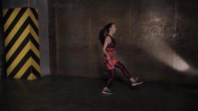 Mulher bonita atlética que faz exercícios no gym, rotina do treinamento do gym video estoque