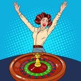 Mulher bonita atrás da tabela da roleta que comemora a vitória grande Casino que joga Pop art ilustração royalty free