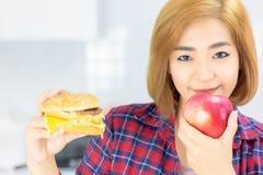 A mulher bonita atrativa come a maçã para fazer dieta Beaut de encantamento imagem de stock