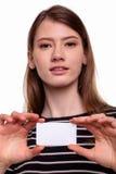 Mulher bonita bonito que mostra a imagem vazia do estoque do cartão Foto de Stock Royalty Free