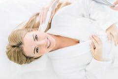 Mulher bonita caucasiano que tem um tratamento facial de estimulação de um terapeuta imagens de stock royalty free