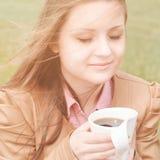 Mulher bonita cedo no withcup da manhã do café fora Foto de Stock Royalty Free