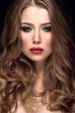 A mulher bonita com agradável compõe e os bordos vermelhos imagem de stock royalty free