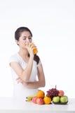 Mulher bonita com alimento saudável, fundo branco Fotografia de Stock Royalty Free