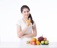 Mulher bonita com alimento saudável, fundo branco Foto de Stock