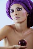 Mulher bonita com a ameixa no lenço violeta imagens de stock royalty free