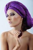 Mulher bonita com a ameixa no lenço violeta imagem de stock