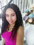 Mulher bonita com arranjos florais e escadas no fundo imagens de stock