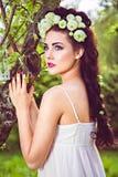 Mulher bonita com as flores brancas naturais no cabelo Foto de Stock