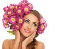 Mulher bonita com as flores no cabelo Imagem de Stock Royalty Free