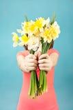 Mulher bonita com as flores no fundo azul Imagens de Stock