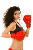 Mulher bonita com as luvas de encaixotamento vermelhas foto de stock
