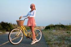 Mulher bonita com a bicicleta na praia Fotos de Stock Royalty Free