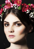 Mulher bonita com a borda da flor fresca na cabeça e na composição Imagens de Stock
