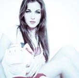 Mulher bonita com brinquedo peluches Imagem de Stock