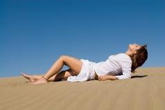 Mulher bonita com céu azul Fotos de Stock
