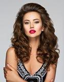Mulher bonita com cabelo curly longo imagem de stock royalty free