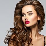 Mulher bonita com cabelo curly longo fotografia de stock royalty free