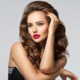 Mulher bonita com cabelo curly longo Imagens de Stock