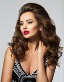 Mulher bonita com cabelo curly longo imagens de stock royalty free