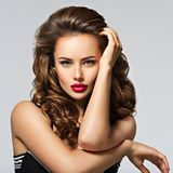 Mulher bonita com cabelo curly longo fotos de stock