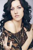 Mulher bonita com cabelo curly longo. Imagens de Stock
