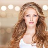 Mulher bonita com cabelo curly longo Imagem de Stock
