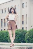 Mulher bonita com cabelo curly Olhar urbano Imagem de Stock Royalty Free