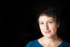 Mulher bonita com cabelo curto no fundo preto Imagens de Stock