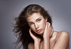 Mulher bonita com cabelo de vibração imagens de stock