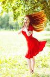 Mulher bonita com cabelo de vibração vermelho imagem de stock royalty free